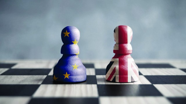2 chess pieces in the colors of the flag of the European Union and England